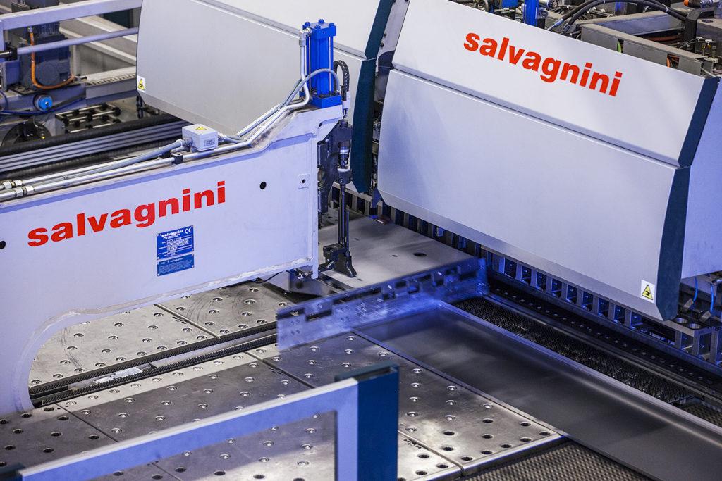 I Rotage Salvagnini Line stansar, klipper och bokas plåten i ett flöde.