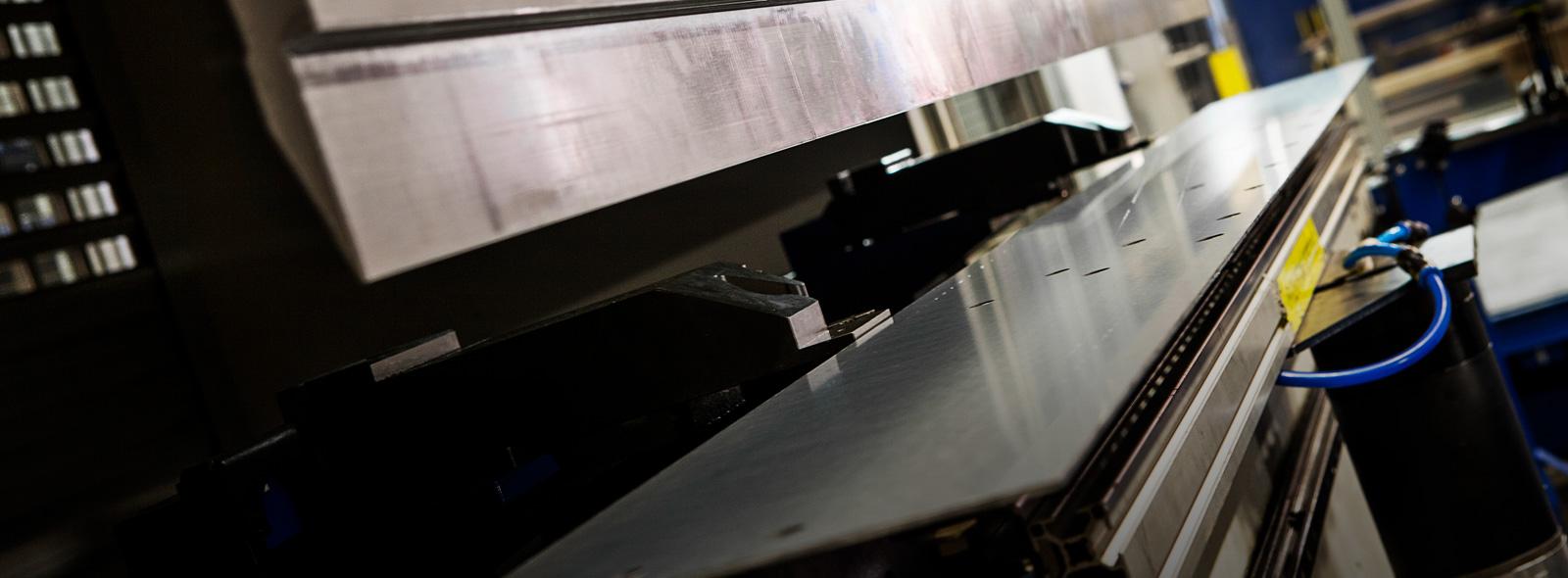 Rotage kan erbjuda tjänster inom bockning/kantpresning. Vi har robotiserade kantpressar och manuella kantpressar där vi kan göra allehanda jobb med att bocka plåt.